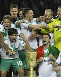 Players of Werder Bremen present the trophy after winning the German soccer cup (DFB-Pokal) final against Bayer Leverkusen in Berlin, May 30, 2009. Bremen won the match 1-0.   REUTERS/Kai Pfaffenbach