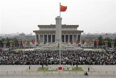 <p>Tourists visit Tiananmen Square during the May Day holiday in Beijing May 1, 2009. REUTERS/Jason Lee</p>