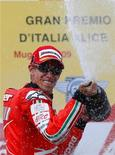 <p>Casey Stoner festeggia la vittoria del MotoGP del Mugello. REUTERS/Max Rossi</p>