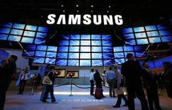 <p>Samsung Electronics a dévoilé un téléphone mobile équipé d'un appareil photo de 12 millions de pixels que le groupe sud-coréen présente comme une première mondiale. /Photo prise le 9 janvier 2009/REUTERS/Rick Wilking</p>