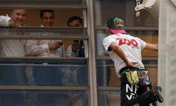 "<p>French climber Alain Robert, also known as ""Spiderman"", pauses to talk to office workers as he descends the outside of the 41-storey Aurora Place office tower in central Sydney June 2, 2009. REUTERS/Tim Wimborne</p>"