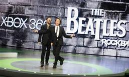 """<p>Paul McCartney et Ringo Starr, les deux derniers membres encore en vie des Beatles, se sont retrouvés lundi à Los Angeles pour la présentation d'un jeu vidéo pour la première fois consacré au groupe légendaire, """"The Beatles: Rock Band"""", qui sera commercialisé en septembre. /Photo prise le 1er juin 2009/REUTERS/Fred Prouser</p>"""