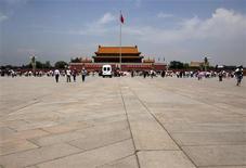 <p>Place Tiananmen, à Pékin. L'accès au site internet communautaire Twitter et au service de messagerie Hotmail était bloqué mardi en Chine, deux jours avant le vingtième anniversaire de la répression du mouvement étudiant aux portes de la Cité interdite. /Photo prise le 1er juin 2009/REUTERS/David Gray</p>