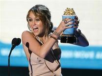 <p>Foto de arquivo da cantora e atriz Miley Cyrus com o prêmio da MTV de 2009 em Los Angeles. 31/05/2009. REUTERS/Mario Anzuoni</p>