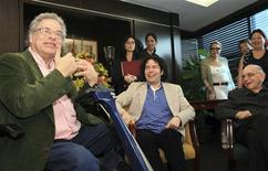 <p>Israeli violinist Itzhak Perlman (L) speaks at a news conference with Venezuelan conductor and violinist Gustavo Dudamel and Venezuelan pianist and educator Jose Antonio Abreu (R), in Caracas June 3, 2009. REUTERS/Alejandro Rustom</p>