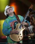 <p>Foto de archivo del guitarrista Carlos Santana durante su presentación en los 50 años del Festival de la Canción de Viña del Mar, Chile, 25 feb 2009. Santana tiene la respuesta a todos quienes se preguntan qué hace un autoproclamado hippie viviendo durante meses en Las Vegas: él no compra las ilusiones de otros acerca de quién es. REUTERS/Eliseo Fernandez/Files</p>