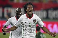 <p>Bruno Alves celebra gol que deu vitória a Portugal por 2 a 1 sobre a Albânia pelas Eliminatórias da Copa do Mundo. REUTERS/Arben Celi</p>