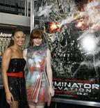 """<p>Moon Bloodgood e Bryce Dallas Howard que estão no elenco do filme """"O Exterminador do Futuro - A Salvação"""" na Califórnia. 14/05/2009. REUTERS/Danny Moloshok</p>"""