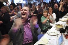 <p>Rick Falkvinge, líder do Partido Pirata, comemora resultado de votação para o Parlamento Europeu. O Partido Pirata sueco, ecoando um coro de eleitores que desejam mais conteúdo livre na Internet, ganhou uma cadeira no parlamento da Europa.</p>