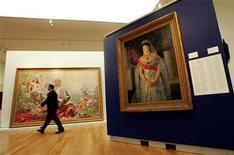 """<p>Foto de archivo del cuadro """"Portrait of the Grand Duchess Maria Pavlovna the Elder"""" de Boris Kustodiev, en la exhibición de arte ruso en Sotheby's de Nueva York, 19 abr 2006. La casa de subastas Sotheby's recaudó el lunes 7,9 millones de libras esterlinas (12,5 millones de dólares) en su remate de arte ruso, una cifra que la empresa catalogó de """"sólida"""" en un período de incertidumbre económica en medio de expectativas previas a la venta. REUTERS/Shannon Stapleton</p>"""