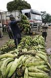 <p>A worker arranges bananas at a market in Abidjan, Ivory Coast, July 30, 2008. REUTERS/Luc Gnago</p>