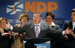 <p>New Democratic Party leader Darrell Dexter gestures to supporters while flanked by (from L) Member of Legislative Assembly (MLA) Michele Raymond, MLA Marilyn More, wife Kelly and son Harris during a victory rally in Dartmouth, NS. June 9, 2009. REUTERS/Paul Darrow</p>