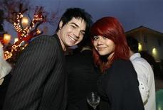 """<p>Adam Lambert y Allison Iraheta posan en la fiesta BritWeek 2009 en Los Angeles, 23 abr 2009. Iraheta una estudiante de secundaria de 17 años que quedó en cuarto lugar en el programa """"American Idol"""", firmó un contrato con 19 Recordings, la compañía relacionada con el exitoso concurso de talentos televisivo. REUTERS/Mario Anzuoni</p>"""