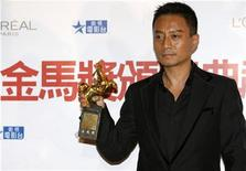 "<p>Zhang Hanyu poses with his best leading actor award for ""Assembly"" at the 45th Golden Horse Awards in Taichung, December 6, 2008. REUTERS/Nicky Loh</p>"