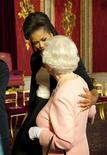 <p>Primeira-dama norte-americana, Michelle Obama, com a rainha Elizabeth da Inglaterra, no Palácio de Buckingham em Londres. 01/04/2009. REUTERS/Daniel Hambury/Divulgação</p>
