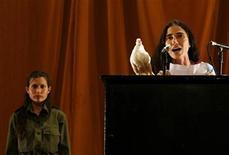 <p>Foto de archivo: la bloguera cubana Yoani Sánchez ocupa el escenario durante una interpretación en la Décima Bienal de Arte Contemporaráneo en La Habana, mar 29 2009. REUTERS/Enrique De La Osa (CUBA)</p>