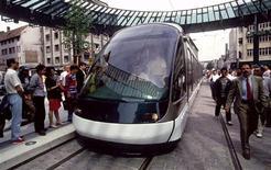 <p>Les usagers des autobus et tramways de l'agglomération de Strasbourg pourront bientôt recharger leur titre de transport électronique de chez eux, via internet. La Compagnie des transports strasbourgeois (CTS) mettra en place ce mode de commercialisation à la rentrée 2009, ce qui constituera une première en France sur un réseau de transport urbain. /Photo d'archives/REUTERS</p>