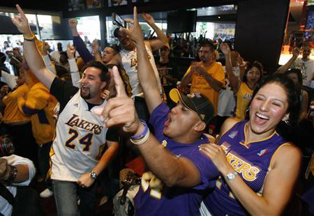 Fans celebrate as the Los Angeles Lakers won their 15th NBA Championship, in Los Angeles June 14, 2009. The Los Angeles Lakers captured their 15th championship and first since 2002 with a 99-86 victory over the Orlando Magic in Game Five of the NBA Finals on Sunday. REUTERS/Mario Anzuoni