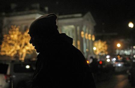 6月15日、有力エコノミストらが米経済・住宅・銀行は今後も困難に直面すると予想。写真はワシントンのホームレス。昨年12月撮影(2009年 ロイター/Jim Young)