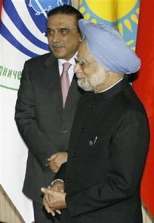 Pakistani President Asif Ali Zardari (L) and Indian Prime Minister Manmohan Singh proceed to line up for a family photo at the Shanghai Cooperation Organisation (SCO) summit in Yekaterinburg, June 16, 2009. REUTERS/Sergei Karpukhin
