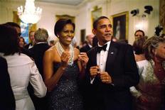 <p>El presidente Barack Obama y su esposa Michelle bailan durante una presentación de Earth, Wind and Fire en el evento 'Governors Ball' en Washington, 22 feb 2009. Hazte a un lado, Brad Pitt. El presidente Barack Obama ha derrotado a todos los que suelen aparecer como íconos de la moda y fue elegido el hombre más elegante del mundo en una encuesta. REUTERS/Pete Souza/The White House/Archivo</p>