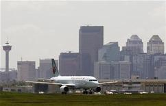 <p>An Air Canada aircraft lands at the Calgary International Airport in Calgary, Alberta, June 17, 2008. REUTERS/Todd Korol</p>