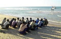 <p>Illegal immigrants from Somalia wait before boarding a vessel in the port town of Bossaso March 13, 2008. REUTERS/Stringer</p>