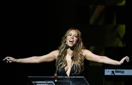 Singer Mariah Carey addresses the crowd during the Apollo Theatre's 75th anniversary gala in New York, June 8, 2009. REUTERS/Lucas Jackson