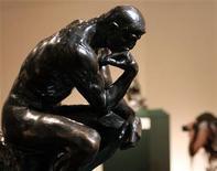 """<p>""""El pensador"""", la obra más famosa de Auguste Rodin, es exhibida en el Museo Sabanci en Estambul, 11 jun 2006. Una de las esculturas del Pensador del maestro francés Auguste Rodin fue vendida en una subasta por más de 3 millones de euros en París, dijo el jueves la casa de subastas Drouot. REUTERS/Fatih Saribas/Archivo</p>"""
