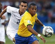 <p>Robinho controla a bola diante da marcação Bornnstein durante partida da Copa das Confederações em Pretória. 18/06/2009 REUTERS/Paulo Whitaker</p>