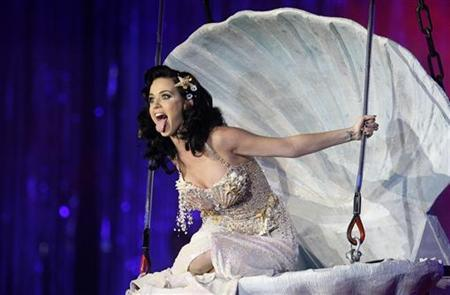 U.S. singer-songwriter Katy Perry performs on stage during the 17th Life Ball in Vienna May 16, 2009. REUTERS/Leonhard Foeger