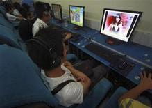 <p>Clientes usan computadores en un cibercafé en Suining, 10 jun 2009. La ciudad de Pekín reclutará a decenas de miles de voluntarios para supervisar internet, informó el viernes la agencia estatal Xinhua, imitando las décadas de movilización de ciudadanos y otros voluntarios para patrullar en sus vecindarios. REUTERS/Stringer</p>