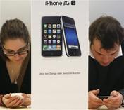 <p>Clientes de loja da Apple testam iPhone 3GS, em Zurique.</p>