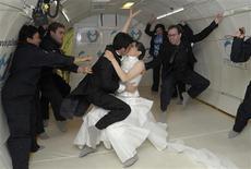 <p>Le couple de New Yorkais Erin Finnegan et Noah Fulmor a convolé samedi en justes noces à plusieurs milliers de mètres au dessus du Golfe du Mexique, à l'occasion du premier mariage au monde célébré en apesanteur. /Photo prise le 20 juin 2009/REUTERS/Phelan Ebenhack</p>