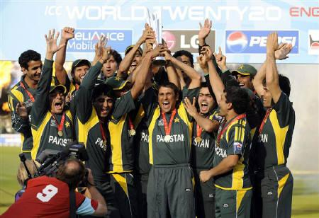 Pakistan's captain Younis Khan and his team celebrate as he lifts the trophy after Pakistan won the ICC World Twenty20 cricket final against Sri Lanka at Lord's cricket ground, London June 21, 2009. REUTERS/Philip Brown