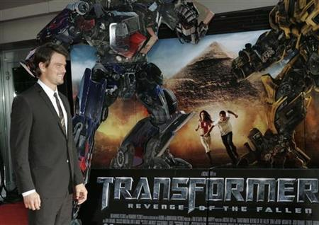 Actor Josh Duhamel poses as he arrives for the Russian premiere of ''Transformers: Revenge of the Fallen'' at Novy Arbat street in Moscow, June 16, 2009. REUTERS/Mikhail Voskresensky