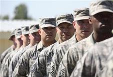 <p>Военнослужащие США на авиабазе Манас под Бишкеком 15 июня 2009 года. Киргизия разрешит США сохранить базу на территории страны, но использовать её только для транзита грузов в Афганистан, что обойдется Вашингтону в несколько раз дороже, чем военное присутствие в бишкекском аэропорту Манас. REUTERS/Vladimir Pirogov</p>