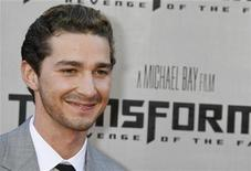 "<p>El actor Shia LaBeouf posa en el estreno de ""Transformers: Revenge of the Fallen"" en Los Angeles, 22 jun 2009. El estreno de ""Transformers: Revenge of the Fallen"" marcó este fin de semana un récord de taquilla en lo que va del 2009 en Gran Bretaña, dijo el martes Screen International. REUTERS/Fred Prouser</p>"