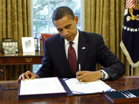 U.S. President Barack Obama signs the Supplemental Appropriations Act in the Oval Office of the White House in Washington June 24, 2009. REUTERS/Kevin Lamarque