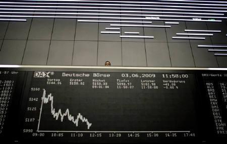 6月24日、世界の富裕層が保有する資産総額は2008年に前年比20%減少したことが明らかに。写真はフランクフルト証券取引所の株価ボード。3日撮影(2009年 ロイター/Kai Pfaffenbach)