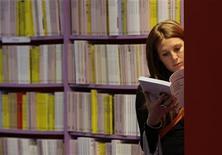 <p>Una ragazza consulta un libro REUTERS/Alessandro Garofalo</p>