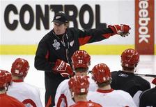 <p>Detroit Red Wings head coach Mike Babcock directs his players during team practice in preparation for Game 7 of the Stanley Cup Final hockey series against the Pittsburgh Penguins in Detroit, Michigan June 11, 2009. REUTERS/Mark Blinch</p>