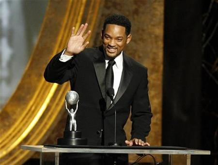 Actor Will Smith waves after accepting the award for Outstanding Actor in a Motion Picture at the 40th Annual NAACP Image Awards at the Shrine auditorium in Los Angeles February 12, 2009. REUTERS/Mario Anzuoni