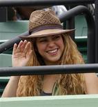 """<p>Foto de archivo de la cantante colombiana Shakira durante el partido de tenis entre el español Rafael Nadal y Frederico Gil de Portugal por el Abierto de Miami, EEUU, 30 mar 2009. La cantante y compositora colombiana Shakira dijo el viernes que la muerte de Michael Jackson representa la partida del """"Rey del Pop"""" y el nacimiento de una leyenda que perdurará hasta el final de los tiempos. REUTERS/Carlos Barria</p>"""
