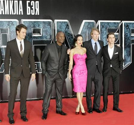 Actors (from L) Josh Duhamel, Tyrese Gibson, Megan Fox, film director and executive producer Michael Bay and Shia Labeouf pose for a picture as they arrive for the Russian premiere of ''Transformers: Revenge of the Fallen'' in Moscow June 16, 2009. REUTERS/Mikhail Voskresensky