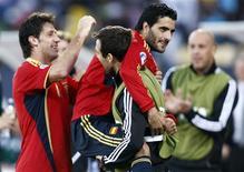 <p>Jogadores da Espanha comemorando conquista do terceiro lugar na Copa das Confederações ao vencer a África do Sul no estádio de Rustenburg.REUTERS/Siphiwe Sibeko</p>