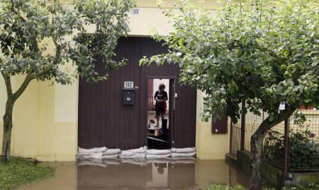 6月28日、チェコ共和国南部を襲った豪雨ではこれまでに13人の死亡が確認された。写真は家への浸水を防ぐ被災地域の住民(2009年 ロイター/Petr Josek)