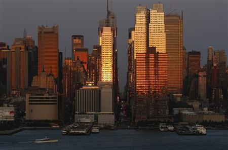The setting sun reflects off the buildings of Manhattan at sunset during the biannual occurrence named ''Manhattanhenge'' in New York May 31, 2009. REUTERS/Gary Hershorn