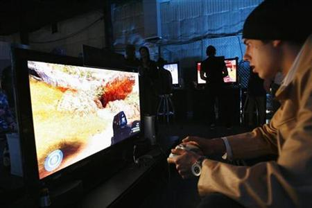 Guests play the Xbox 360 during a preview party at Quixote Studios in Los Angeles May 15, 2007. REUTERS/Mario Anzuoni