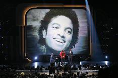 <p>Milhares de pessoas em show em homenagem à Michael Jacksin. Instituto Médico Legal de Los Angeles negou vazamento de informações sobre autópsia do cantor, morto na quinta-feira. REUTERS/Mario Anzuoni</p>